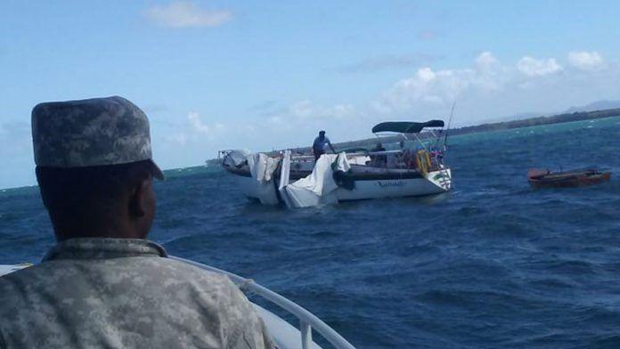 Una lancha interceptora asistió a los ocupantes del velero y realizó el remolque de la embarcación averiada hasta el muelle de Santa Bárbara, Samaná, desde las inmediaciones de la zona Punta Arena.
