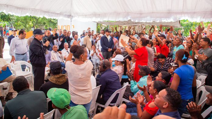 El jefe de Estado se trasladó hacia Pescadería, municipio El Peñón, donde se preocupó y ocupó de las necesidades de 667 productores, incluyendo a 124 mujeres, agrupados en 11 asociaciones, cuya carga familiar es de 4,002 personas.