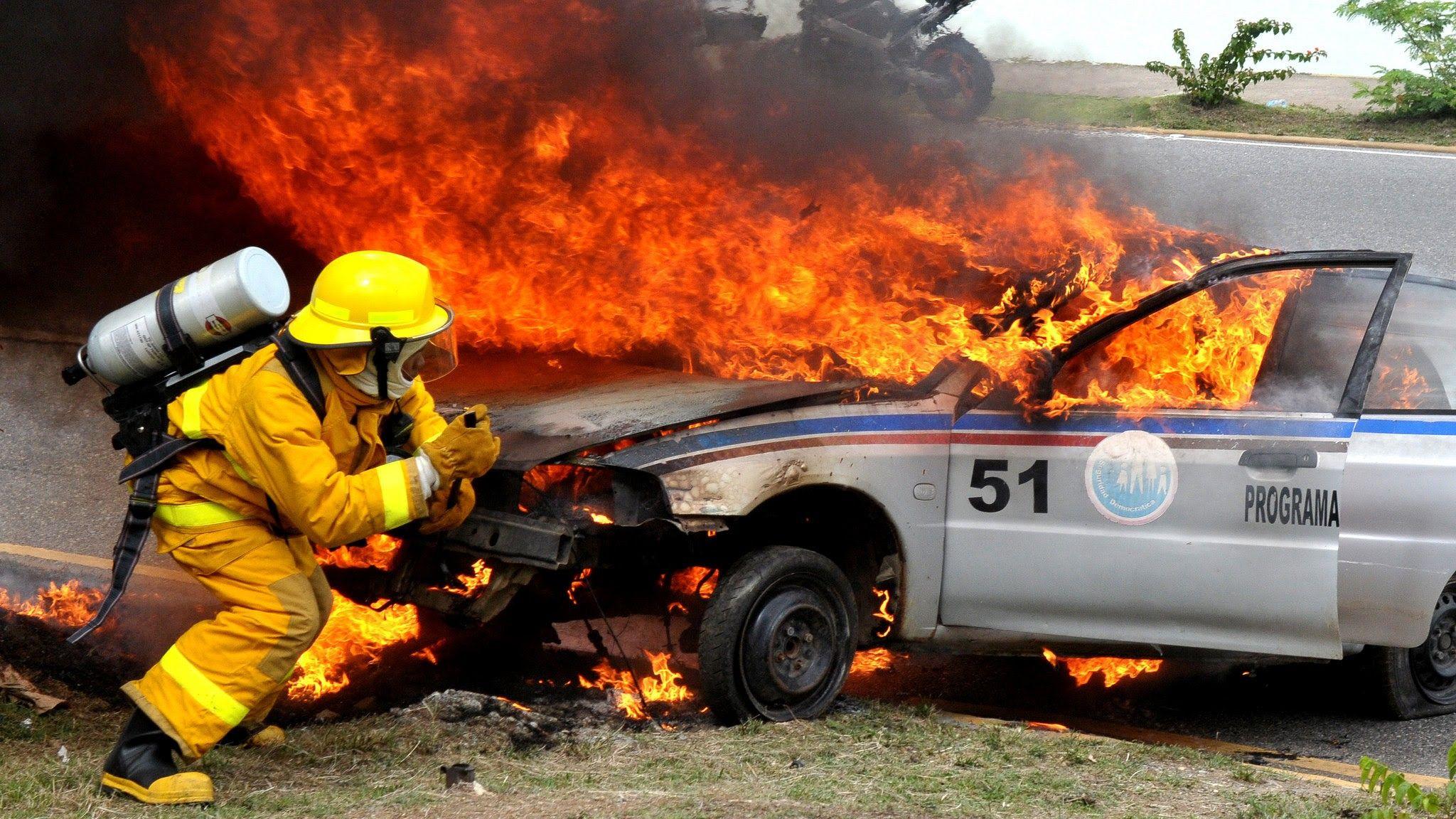 El jefe de Estado resaltó la vocación de servicio de los bomberos de todo el mundo, la cual sobrepasa los límites, sin miramiento alguno de los peligros que pueden amenazar su propia vida.