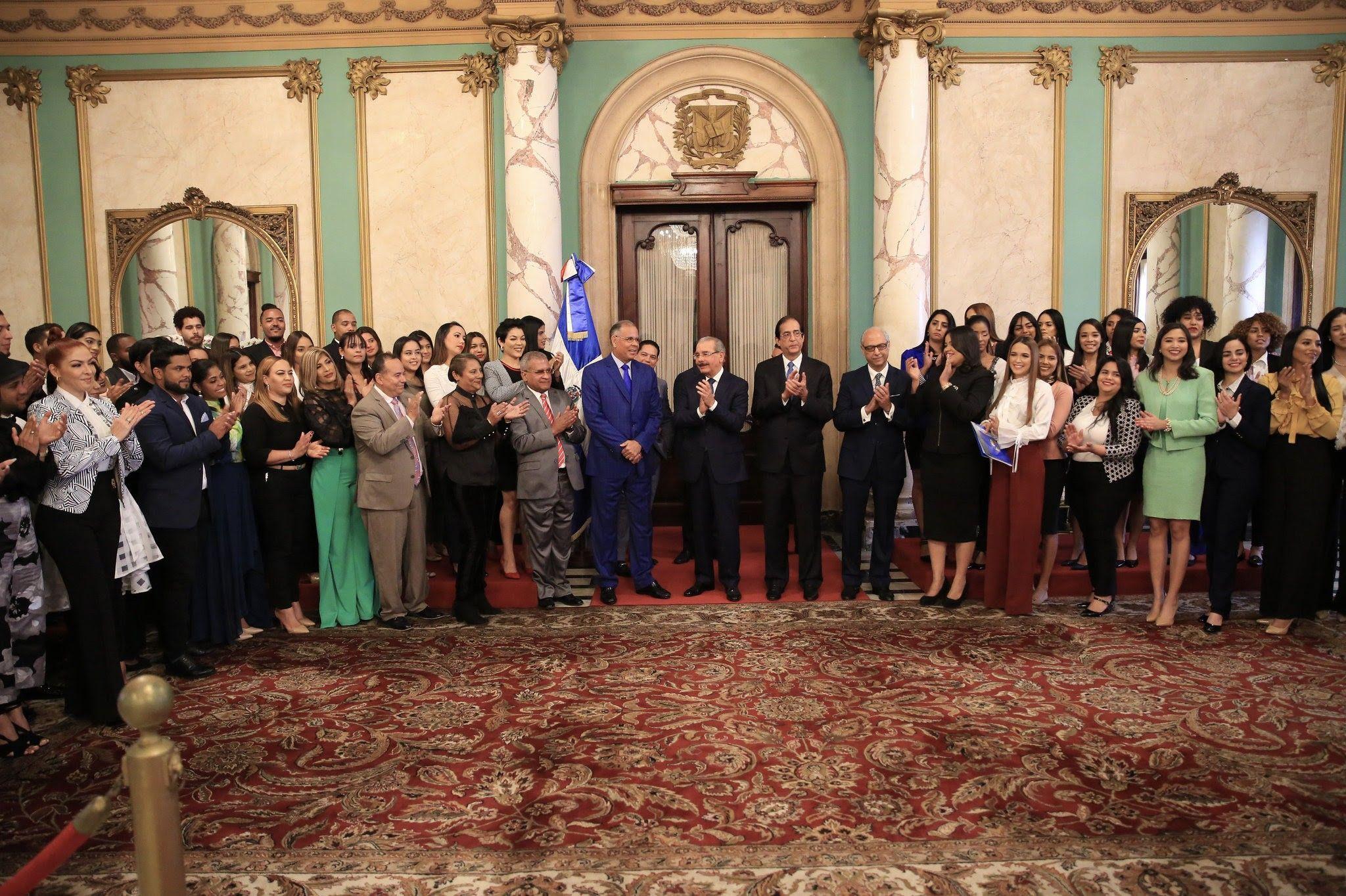 Durante una breve ceremonia en el Salón de Embajadores del Palacio Nacional, los jóvenes compartieron un agradable momento, intercambiaron impresiones y recibieron los cálidos saludos del presidente Danilo Medina.