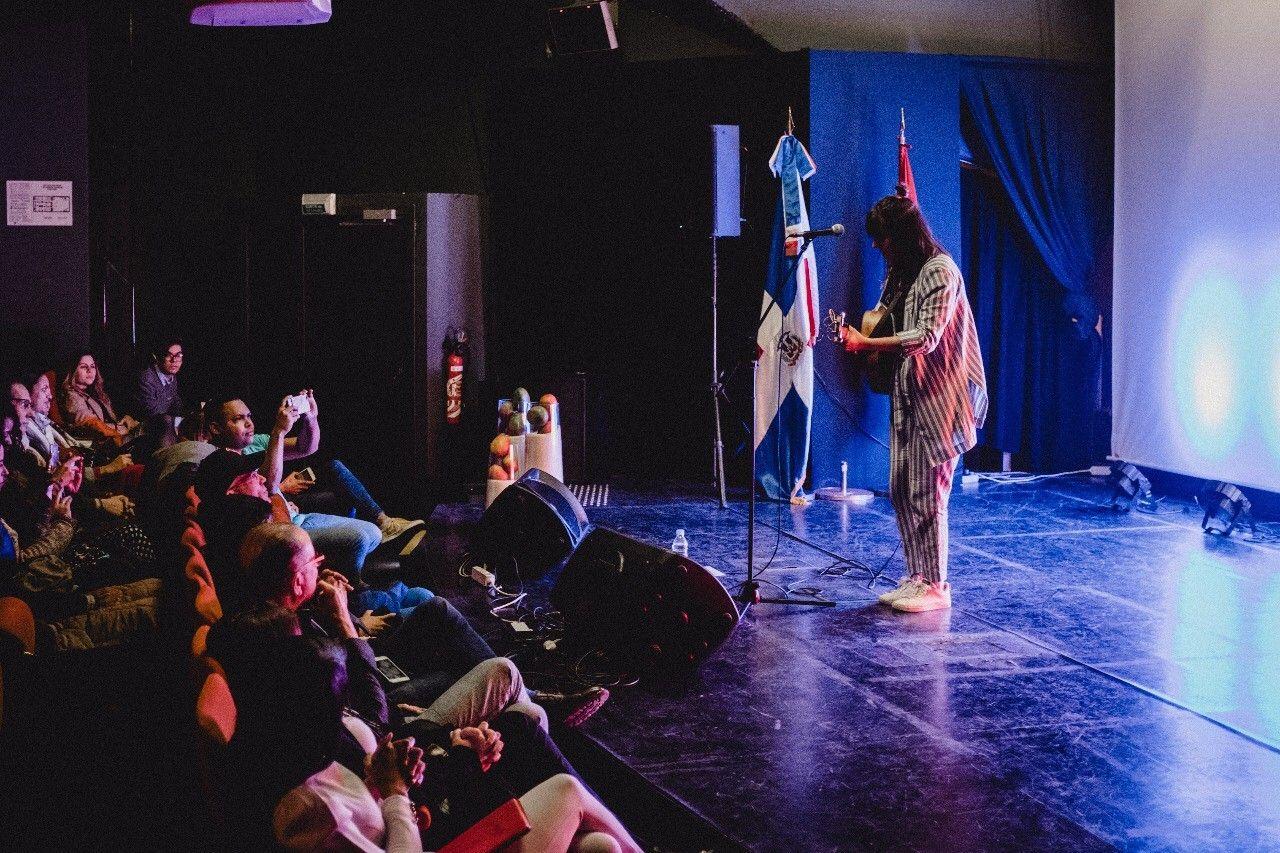 """La cantautora dominicana de tan solo 26 años se presentó en París, en el marco del proyecto cultural """"Arroz con Mango"""", una iniciativa de la Delegación Dominicana ante la UNESCO, el Instituto Cervantes y la Dirección General de Cine de la República Dominicana (DGCINE)."""