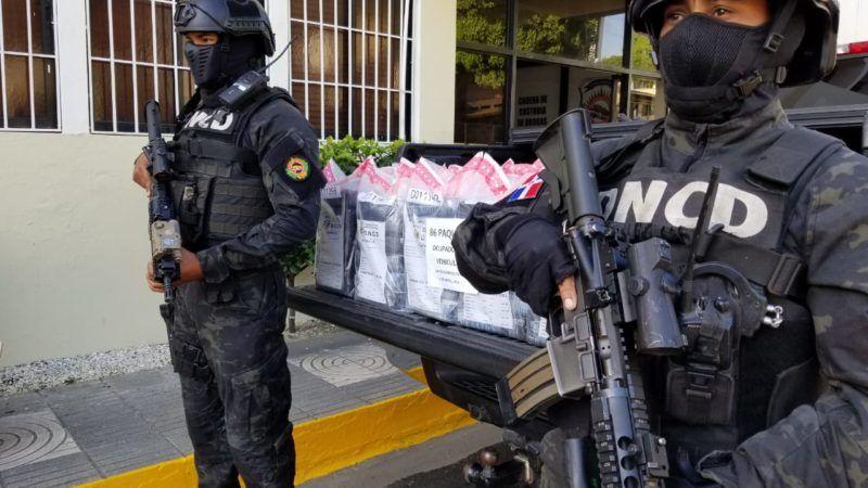 Agentes de la DNCD realizaron un amplio operativo en la autopista Las Américas, próximo al peaje, en dirección Este-Oeste, donde detuvieron a tres hombres cuando se trasladaban a bordo de una yipeta y una camioneta.