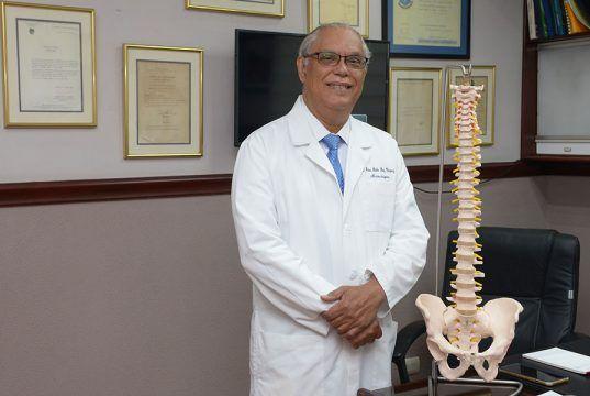 El reputado doctor Díaz Vásquez es el jefe del departamento de neurocirugía del Hospital General de la Plaza de la Salud