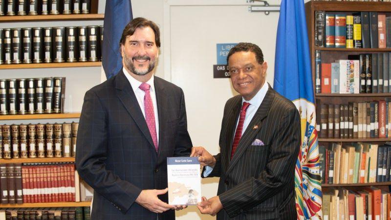 Embajador presenta libro en Washington