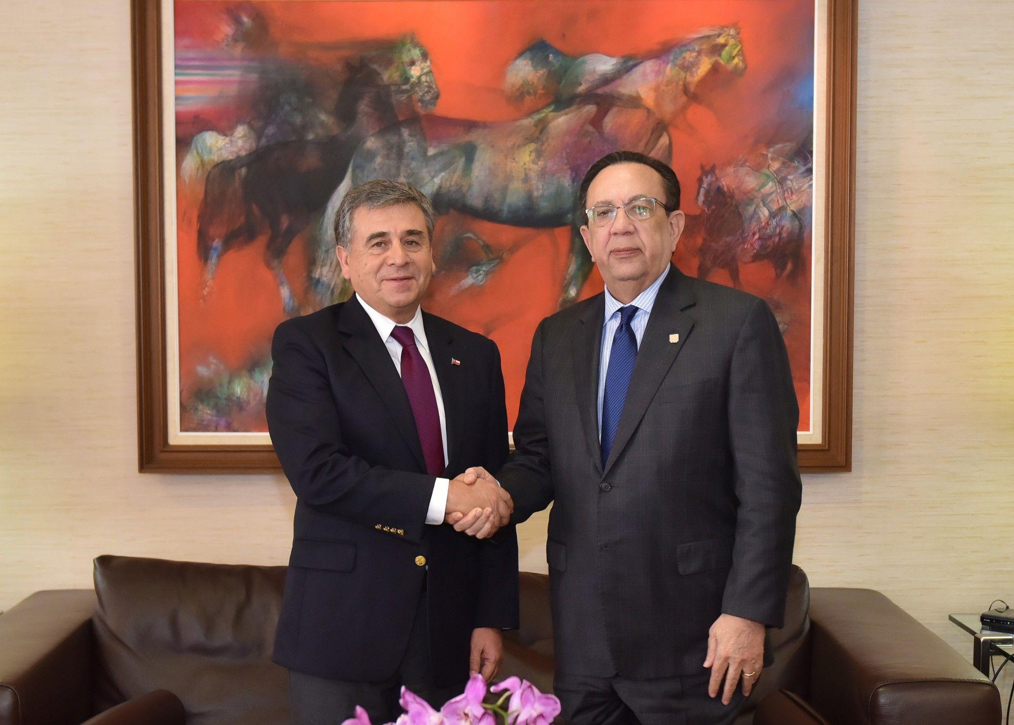 El embajador de Chile Romilio Gutiérrez y el gobernador del Banco Central Lic. Héctor Valdez Albizu.