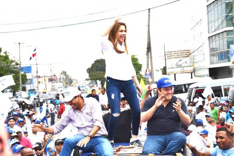 """Capitaleños acompañan a Carolina en la """"Gran Caravana de la Capital""""."""