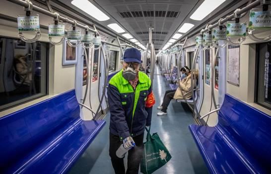 China elevó a 1,113 las muertes por el coronavirus causante de la neumonía de Wuhan entre los 44,653 contagiados diagnosticados en el país asiático. La Comisión Nacional de Sanidad de China informó de que, hasta la pasada medianoche local (16.00 GMT del martes), se habían registrado 8,204 casos graves, mientras que 4,740 personas habían sanado. Añadió que se ha realizado seguimiento médico a 451,462 pacientes en contacto cercano con los infectados, de los cuales 185,037 siguen en observación