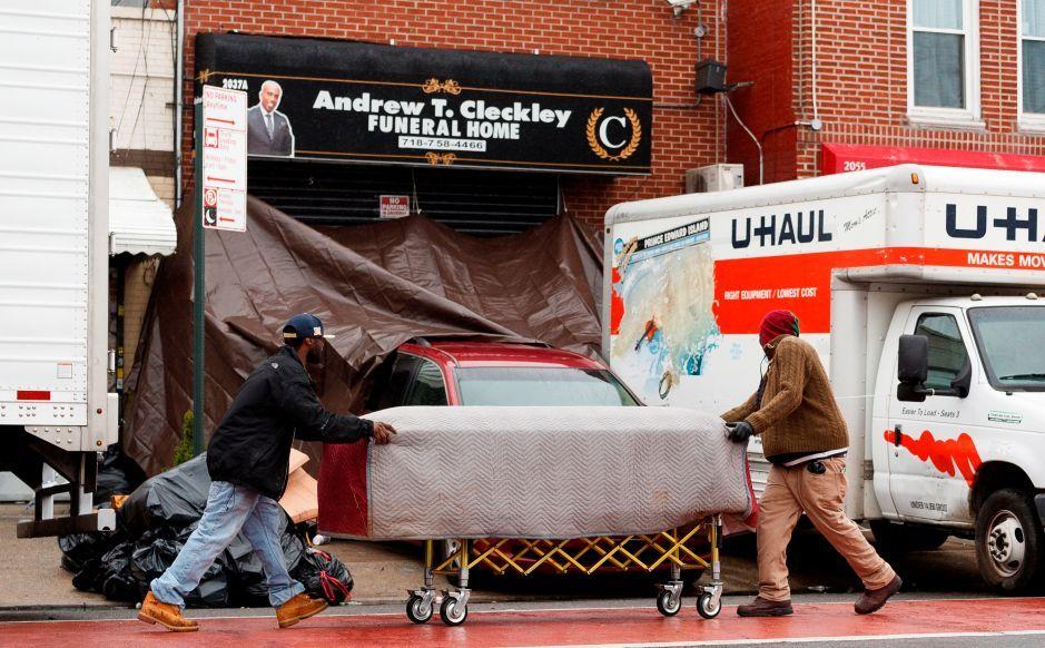 Retiran licencia a funeraria NY que amontonó cadáveres en camiones