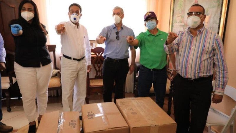 Gonzalo entrega 90,000 mascarillas; juramenta exdirigentes de otros partidos