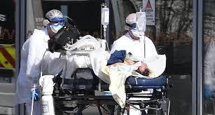 Francia superó el listón simbólico de los 29,000 muertos por coronavirus con los 81 nuevos anunciados este miércoles, aunque los indicadores de personas hospitalizadas y de internados en las ucis confirmaron un día más el reflujo de la epidemia. La Dirección General de Sanidad explicó en un comunicado que desde que empezaron los registros el 1 de marzo se han contabilizado 29,021 fallecimientos. Los 81 de las últimas 24 horas son menos que los 107 comunicados el martes, aunque las cifras no son directamente comparables, ya que entonces se habían incluido muertos en residencias, algo que no se hace todos los días. Por lo que se refiere a las personas que están hospitalizadas por la COVID-19, su número bajó una vez más este miércoles a 13,514, es decir 514 menos en un día. En el pico de la epidemia, a principios de abril, habían llegado a ser casi 32,300. También descendieron los que están más graves en las unidades de cuidados intensivos (ucis), hasta 1,210, frente a los 1,253 que había el martes. Muy lejos en ambos casos de los 7,148 cuando se constató el máximo el 8 de abril. Francia inició este martes la segunda fase de la desescalada, que debe durar tres semanas y en la que, por ejemplo, se ha pasado a permitir los desplazamientos sin restricciones de distancia en el interior de Francia (hasta entonces había un límite de 100 kilómetros). También han reabierto los liceos (ya lo habían hecho la mayor parte de las escuelas y los colegios, pero con muchos menos alumnos), así como los bares, cafés y restaurantes, aunque en la región de París tienen limitado el servicio a las terrazas.