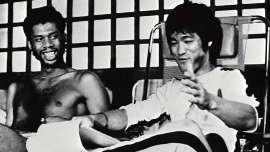 Kareem Abdul Jabbar, con 38,387, es el jugador con más puntos en la historia de la NBA. Su serenidad en la duela coincidía con su gran fuerza y excelente habilidad. ¿Cuál fue su secreto? Él mismo lo reveló alguna vez y fue entrenar con uno de los artistas marciales por excelencia: Bruce Lee, quien revolucionó todo un género cinematográfico. 1© Proporcionado por Fox Deportes 1 1© Proporcionado por Fox Deportes 1 1© Proporcionado por Fox Deportes 1 1© Proporcionado por Fox Deportes 1 1© Proporcionado por Fox Deportes 1 1© Proporcionado por Fox Deportes 1 1© Proporcionado por Fox Deportes 1 1© Proporcionado por Fox Deportes 1 Desde que estaba en la universidad y dentro de sus más de 20 años de carrera en la NBA, Kareem entrenó con 'El Pequeño Dragón', quien le dio muchos de sus secretos. Abdul Jabbar participó en