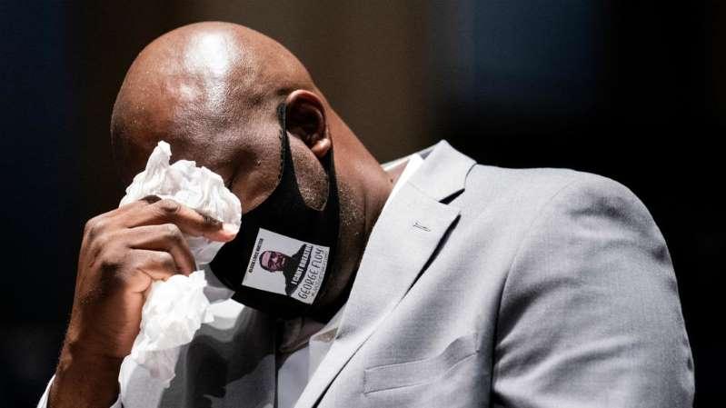 Un día después del funeral de su hermano, Philonise Floyd acudió a la Cámara de Representantes para pedir reformas al sistema policial en medio del debate para regular y penalizar las conductas policiales violentas que ha llegado al Congreso a raíz de las protestas multitudinarias por la muerte de Floyd.