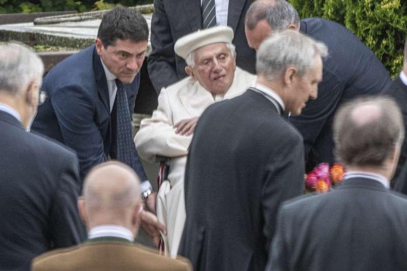 Benedicto XVI visita su antigua casa y tumba de sus padres