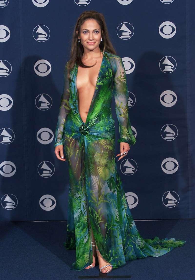 El vestido más mítico de JLo transformado en el accesorio que necesitas para la playa