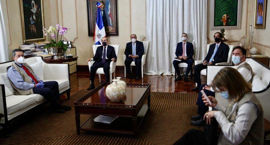 Danilo Medina se reúne con misión observadores de la OEA
