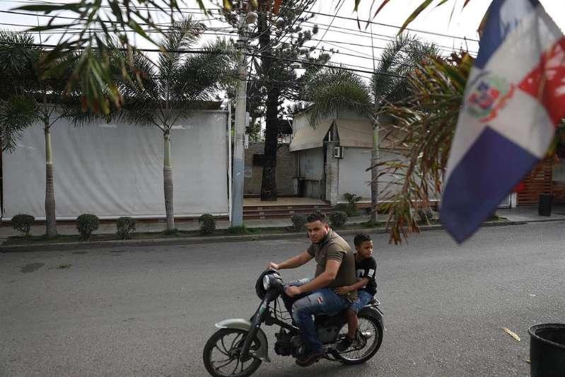 dominicanos se echan a las calles para despedir la cuarentena