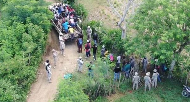 DAJABÓN.-Miembros del Cuerpo Especializado en Seguridad Fronteriza Terrestre (CESFRONT) detuvieron este domingo cientos de haitianos ingresando al país de manera irregular por la zona de Dajabón. Uno de estos grupos de indocumentados compuesto por hombres, mujeres y niños cruzó a esta parte de la frontera aprovechando la oscuridad, pero fueron detectados gracias a la utilización de drones del CESFRONT que utilizan cámaras térmicas. Mientras que otros grupos ingresaron a primeras horas del día, y fueron descubiertos por las patrullas motorizadas que realizan recorridos en la zona. Los indocumentados fueron entregados a la Dirección General de Migración (DGM) quienes los retornarán a su país de origen. En los últimos días, cientos de estos indocumentados han sido detenidos por ese cuerpo especializado mientras ingresaban al país de forma irregular a través de la frontera terrestre con Haití. Cabe destacar que mientras algunos haitianos intentan ingresar al país, diariamente salen por los diferentes puntos formales varios centenares de ellos de manera voluntaria hacia el vecino país de Haití fruto del impacto del Covid 19.