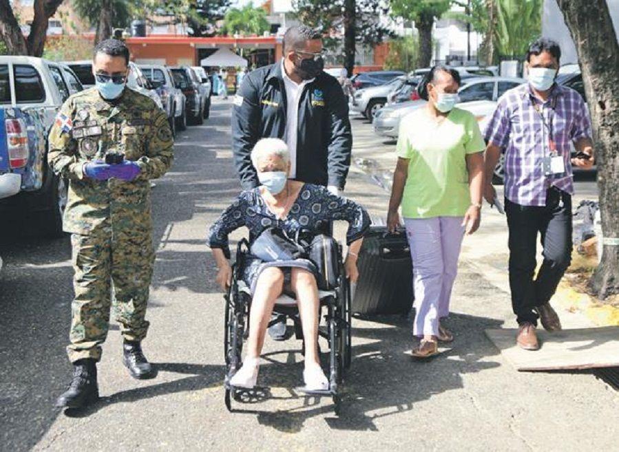 Colegio Médico y Conape se enfrentan por brote de Covid-19 en asilo