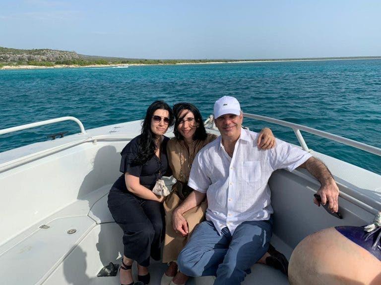 El presidente Luis Abinader, junto a su esposa Raquel Arbaje y su hija Raquel, en un bote mientras recorrían Bahía de las Águilas en Pedernale