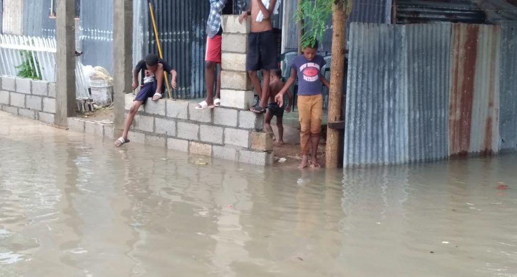 """(VIDEO) Residentes en sector Agua Loca se """"ahogan"""" por falta de drenaje; piden ayuda al ASDE y el MOPC"""
