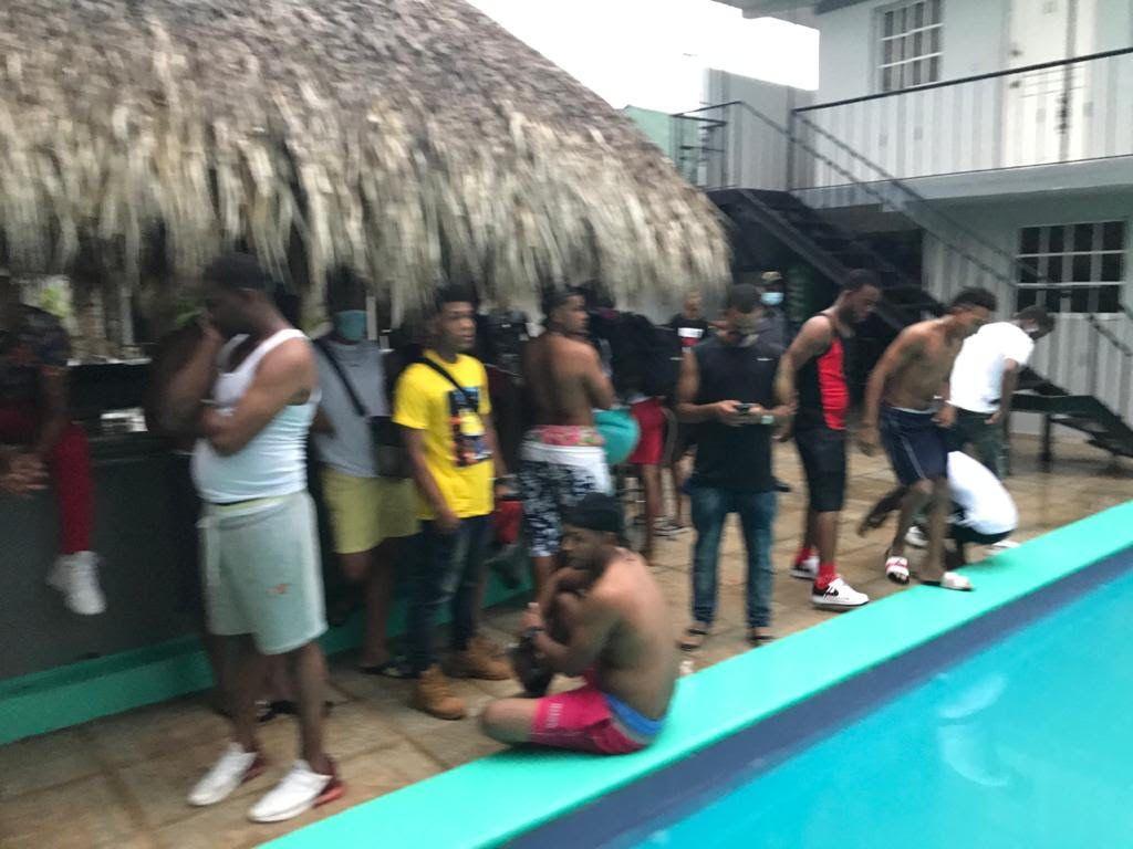 En pleno toque de queda estaban en fiesta en una piscina de La Romana