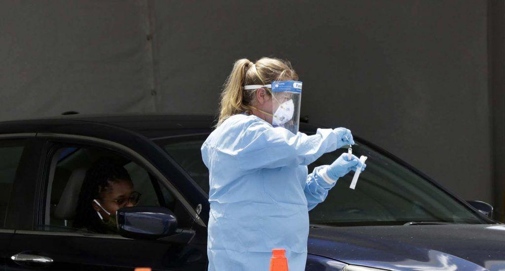 """El estado de Florida sigue sumando miles de casos diarios de COVID-19 tras seis meses de lucha contra la pandemia y en medio de una reapertura económica gradual, al añadir este jueves 3,571 confirmados, superando en más de un millar los 2,402 del miércoles, y 149 decesos nuevos solo de residentes. El Departamento de Salud estatal informó que la cuenta total desde el 1 de marzo asciende a 637,013 casos y 11,800 muertes por la enfermedad contando a residentes y no residentes en Florida. Los nuevos fallecimiento anunciados hoy incluyen 46 en el condado de Miami-Dade, epicentro de la pandemia, nueve en Broward y 16 en el condado de Palm Beach, los tres en el sureste de la península. En la actualidad hay 39,428 personas hospitalizadas como consecuencia del nuevo coronavirus en todo el estado. También, las autoridades de salud informaron que la tasa de positividad diaria sigue estando por debajo del 10 %, al marcar este jueves un 6.22 % de positivos en 58,650 tests de coronavirus reportados en las últimas 24 horas. La tasa del miércoles fue algo inferior con 5,63 %, de las 50.707 pruebas clínicas reportadas. En total, más de 4,7 millones de personas se han sometido a una prueba del coronavirus SARS-CoV-2, que causa la COVID-19, desde que comenzó la pandemia en el """"estado del sol"""". El porcentaje de positividad ayuda a las autoridades a determinar el progreso del virus y valorar si se eliminan o no las medidas restrictivas. Además de las clases virtuales que comenzaron el lunes en Miami-Dade, que acumula 159,978 contagios y 2,600 decesos desde el 1 de marzo, ese día reabrieron los casinos, aunque con capacidad limitada y restricciones en el servicio de bebidas y comidas. Lo mismo ocurrió con los restaurantes, que se les permitió seguir atendiendo al público en terrazas y patios y preparar comida para llevar. Desde el lunes también pudieron abrir los comedores al 50 % de su capacidad y con medidas para prevenir contagios, como un máximo de seis personas por mesa, uso obligad"""