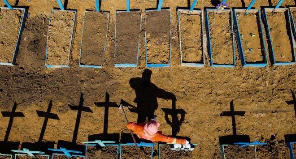 Brasil roza los 5 millones de casos y camina a las 147.000 muertes