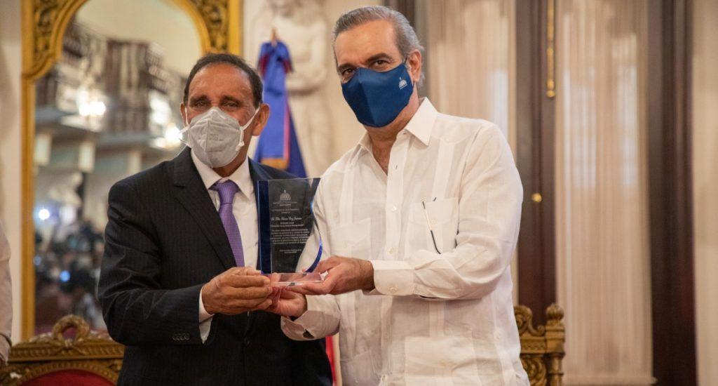 El doctor Cruz Jiminián, homenajeado en el Palacio Nacional. (Fuente: Externa).-