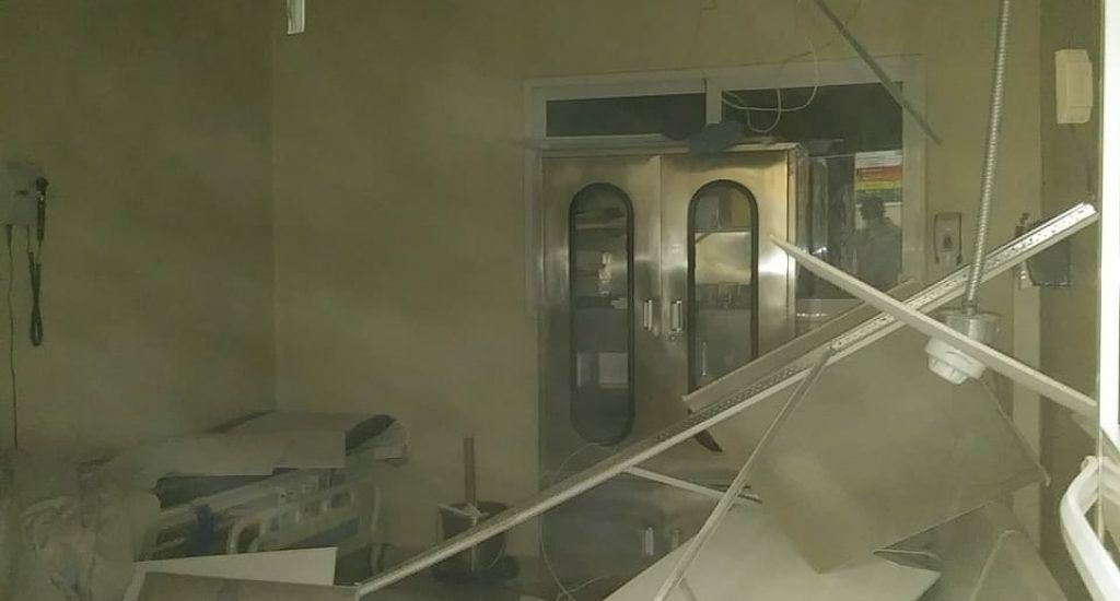 Falso techo de hospital en Elías Piña cae encima de doctores mientras atendían a pacientes en emergencia