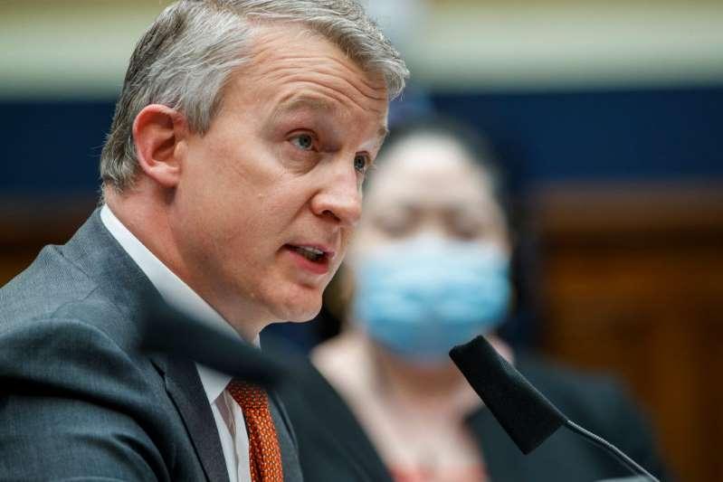 Renuncia el experto en vacunas que acusó al gobierno de Trump de promover medicamentos
