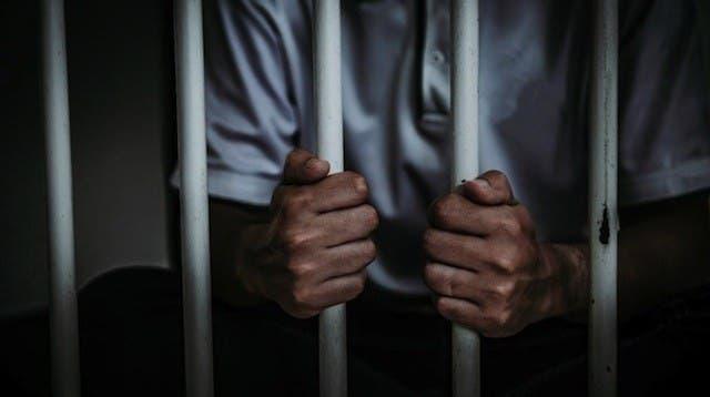 Jueza dicta prisión a profesor de educación física acusado de violar menor siete años
