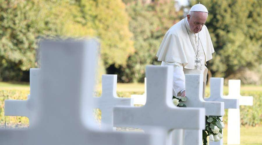 Papa Francisco en un cementerio en 2017. Foto: Vatican Media
