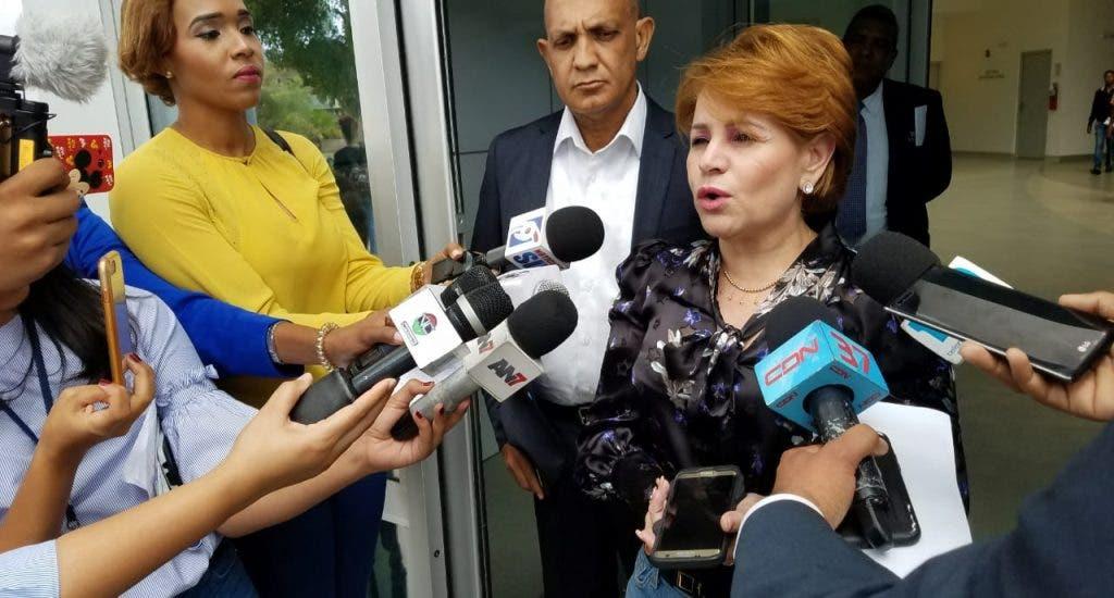 """Lucía Medina a su salida de la PGR: """"Vine a traer unos documentos al Misterio Público"""""""