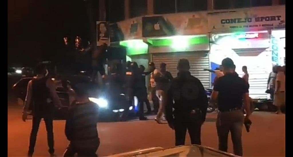 Apresan varios hombres durante allanamiento por presunto asalto a banco