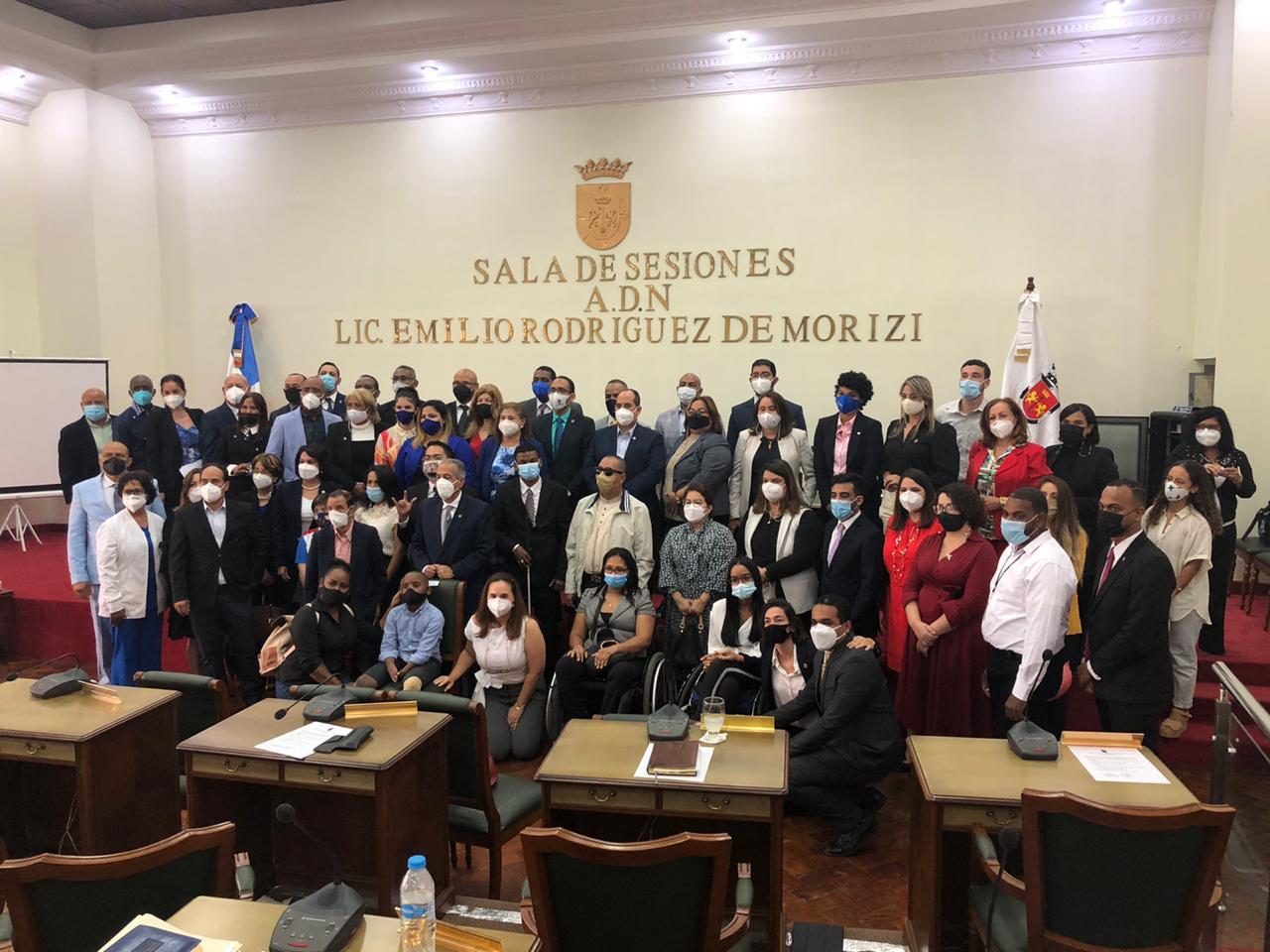 La Ordenanza crea la Comisión Municipal de Inclusión, como órgano institucional que tendrá como función plantear la implementación de nuevas políticas de inclusión y accesibilidad para personas con discapacidad en el ámbito del Distrito Nacional.