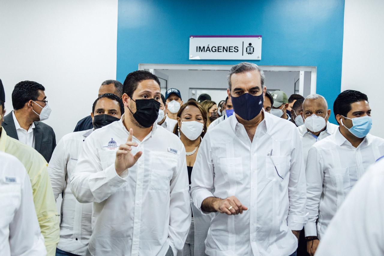 En compañía del presidente de la República, Luis Abinader, el director general del Instituto Nacional de la Vivienda (INVI), Carlos Bonilla, entregó totalmente equipado el Centro de Diagnóstico y Atención Primaria de Bonao, provincia Monseñor Nouel.