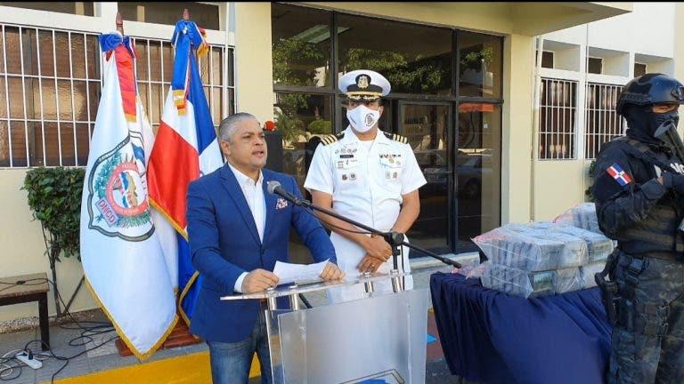 Autoridades incautan 350 paquetes de cocaína y apresan a dos personas