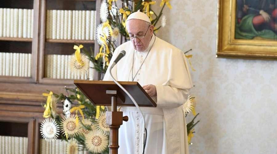 El Papa Francisco en el Ángelus desde la biblioteca. Foto: Vatican Media