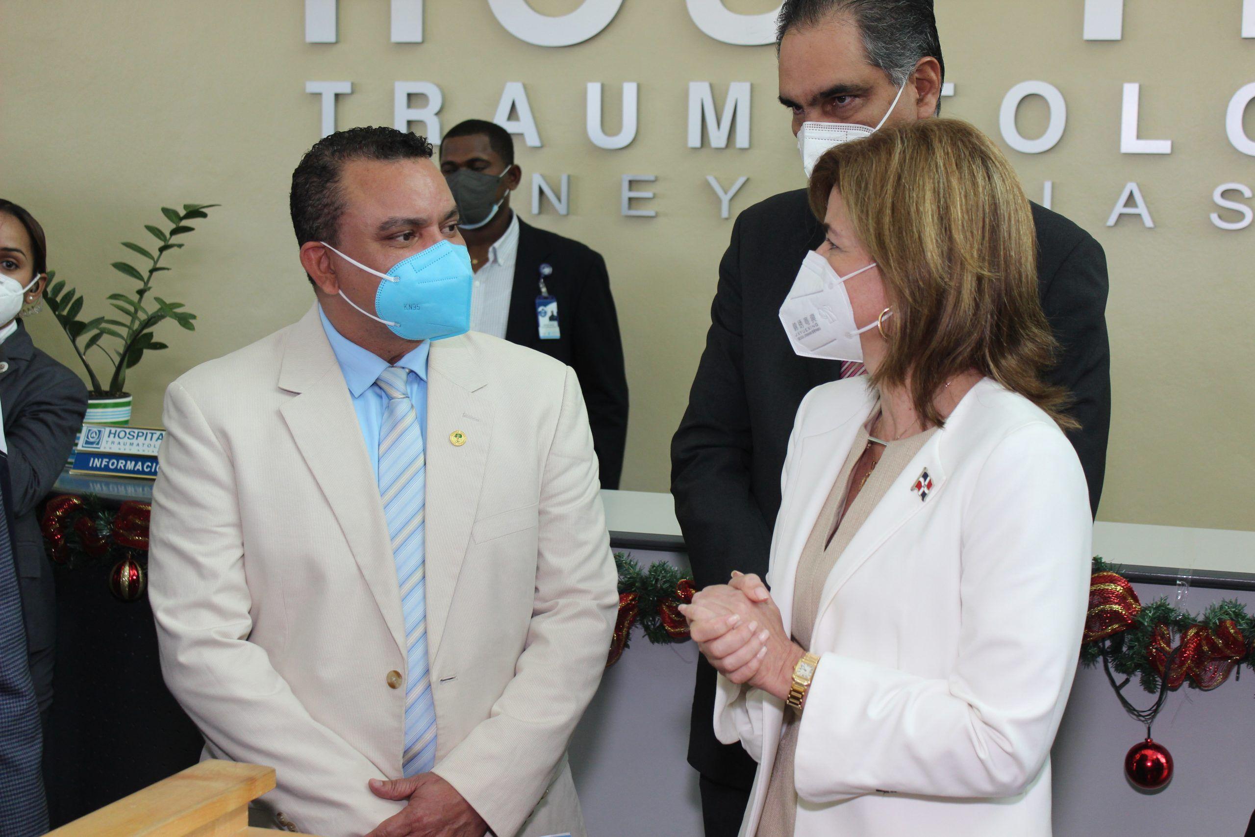 La vicepresidenta Raquel Peña, escuchó al director del hospital Traumatológico doctor Ney Arias Lora, doctor Julio Landrón, quien externó las principales necesidades que tiene el centro de salud en la actualidad.