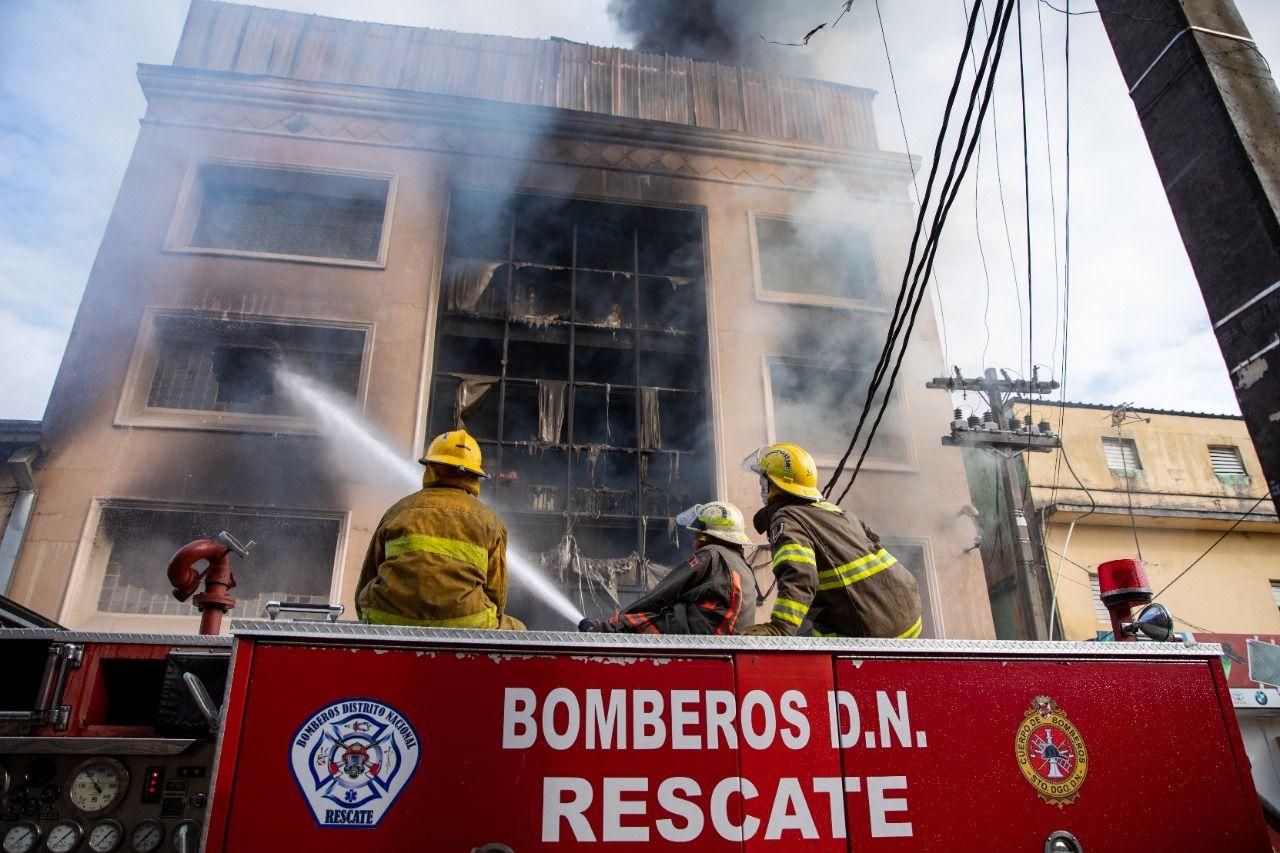 Las unidades de respuesta se mantienen hasta la mañana de este viernes removiendo escombros y refrescando el área, permaneciendo varias unidades de bomberos en el lugar como medida de prevención
