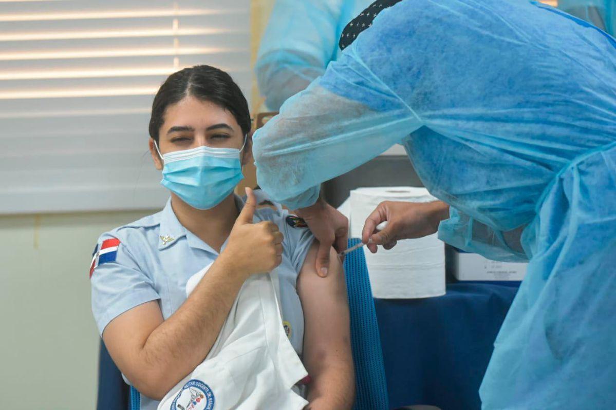 Mientras siguen vacunando: COVID-19 en RD15 muertos y 686 casos nuevos. Fuente exerna.