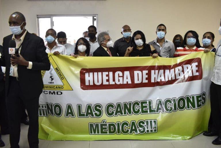 Waldo junto a un grupo de médicos ocupan área de Salud Pública y se declaran en huelga de hambre
