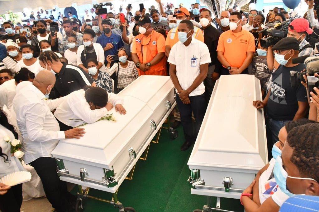 Los restos de Joel Díaz y Elisa Múñoz, pareja asesinada a tiros por agentes de la Policía Nacional, fueron sepultados este viernes en el cementerio Cristo Salvador. (Foto Elnuevodiario: Daniel Duvergé).